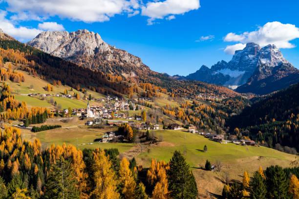 Bergige Landschaft mit den Ortschaften Colle Santa Lucia und Selva di Cadore, in den Dolomiten – Foto