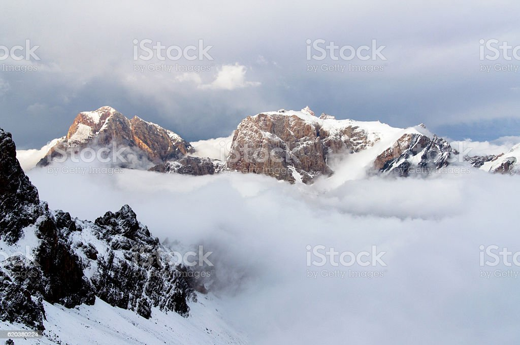 mountains above the clouds zbiór zdjęć royalty-free