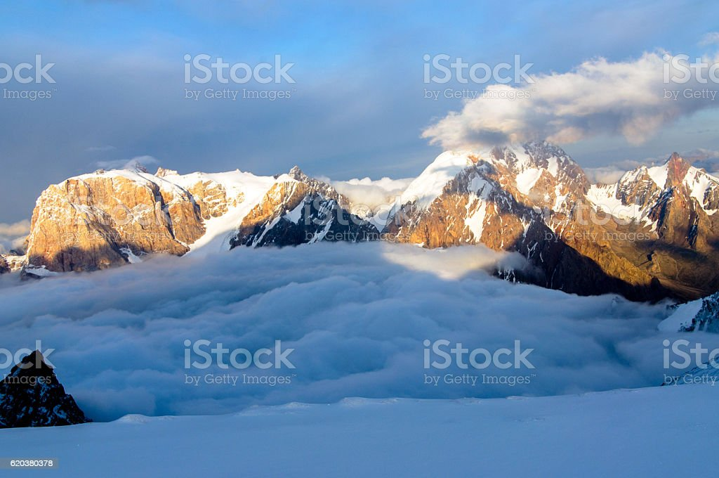 mountains above the clouds foto de stock royalty-free