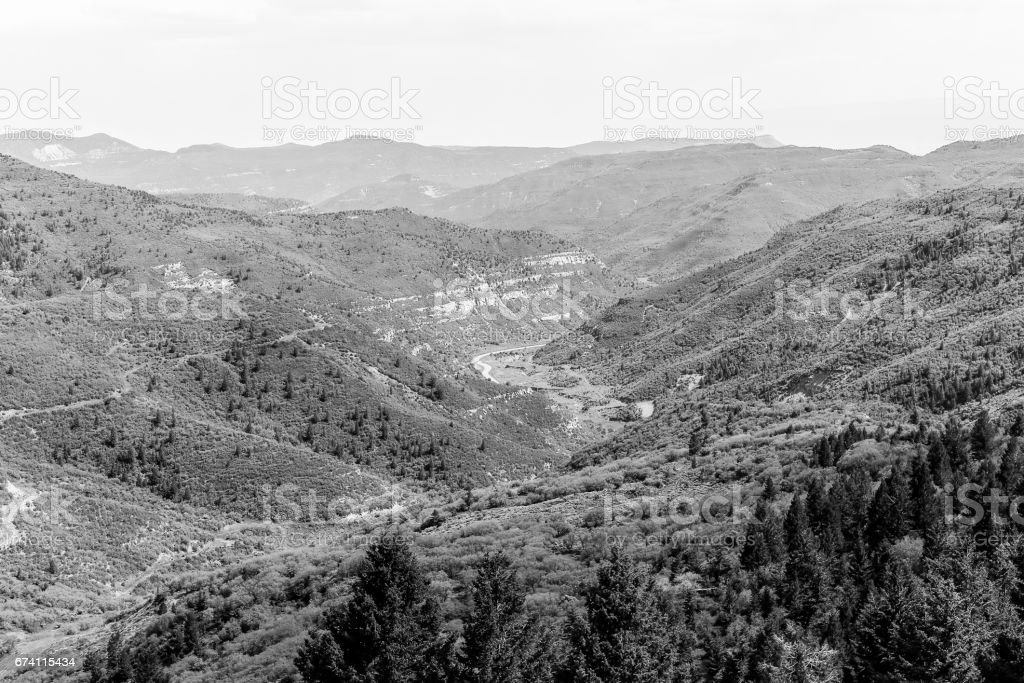 山脈和峽谷中單色 免版稅 stock photo