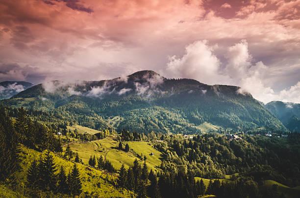 Berge und Wolken im den Regenwald – Foto