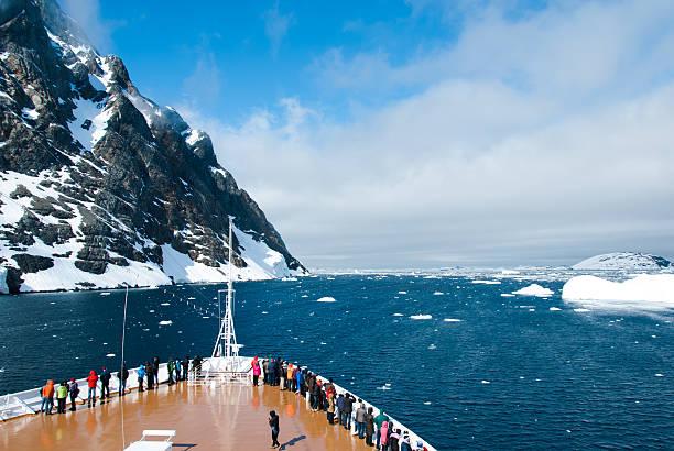Montañas y crucero en la Antártida en día soleado - foto de stock