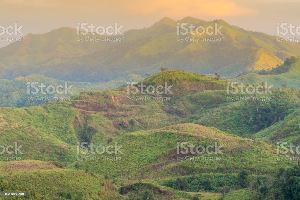 Berge und Wälder in den Morgen. – Foto