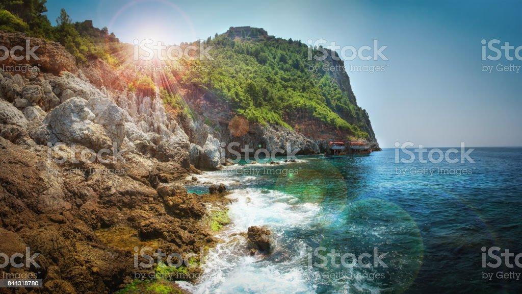 Dağlar ve deniz manzara mavi gökyüzü, Türkiye ile. stok fotoğrafı