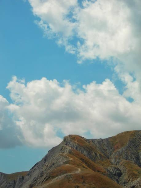 Montanhas e céu com belas nuvens - foto de acervo