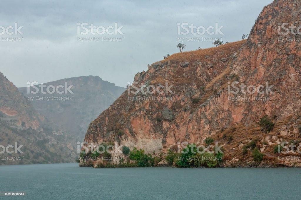 Boşanırcasına yağmur ile dağlar, Halfeti, Türkiye'de stok fotoğrafı