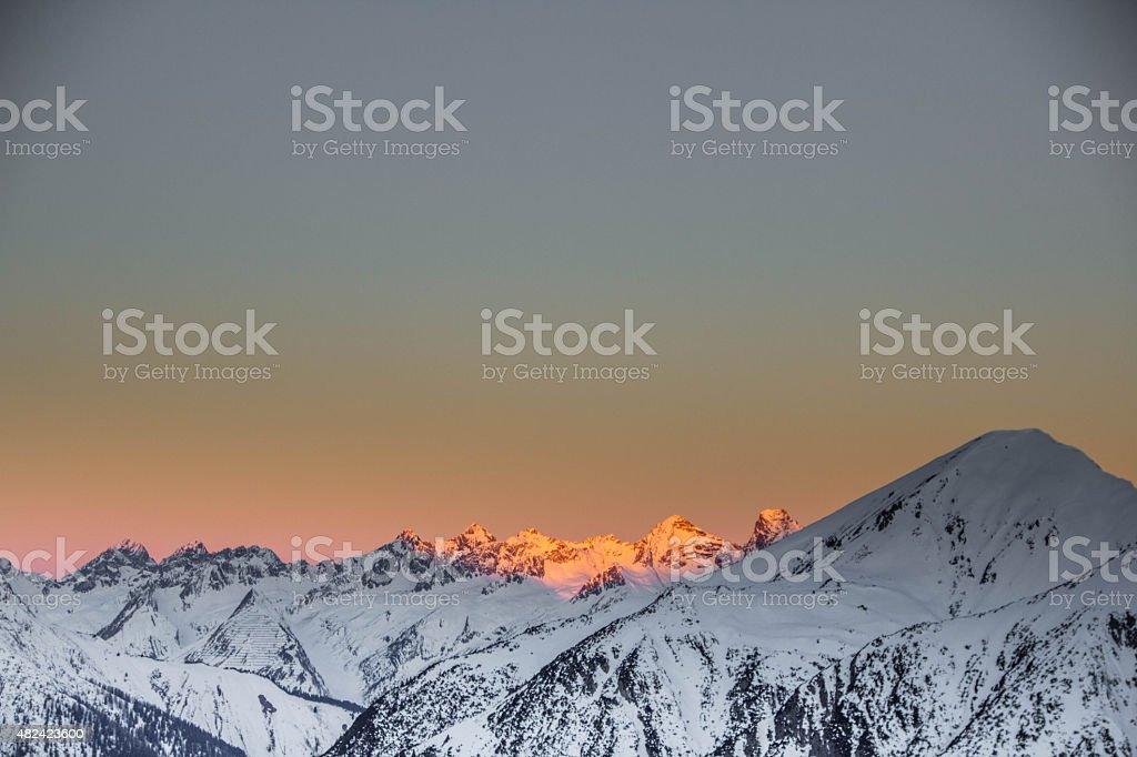 Berge in den österreichischen Alpen bei Sonnenaufgang – Foto