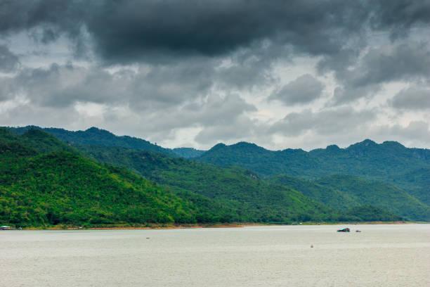 berge in der regenzeit - regenzeit stock-fotos und bilder