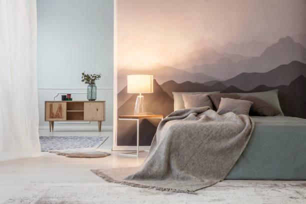 berge-liebhaber freifläche schlafzimmer - schlafzimmer beleuchtung stock-fotos und bilder