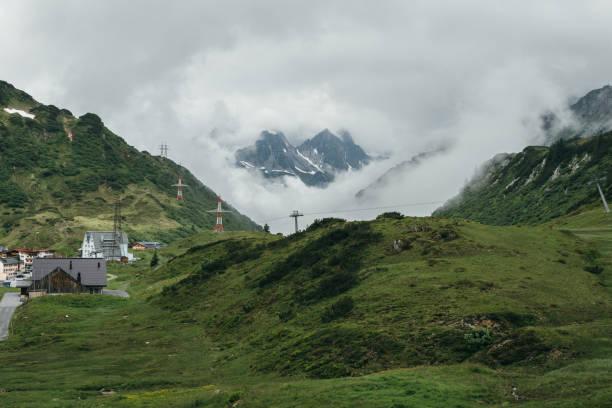 berge gucken durch die wolken in st. christoph am arlberg - arlberg hotel stock-fotos und bilder