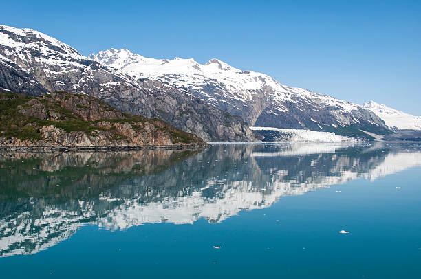 Berge spiegelt sich im Wasser noch des Gletscher Bucht, Alaska. – Foto