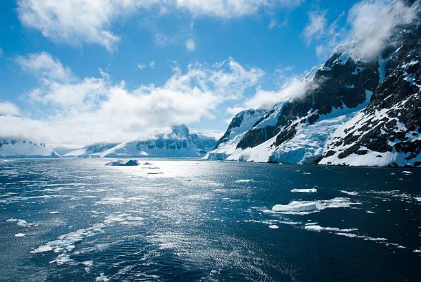 山々の素晴らしい景観で南極大陸 - 南極旅行 ストックフォトと画像