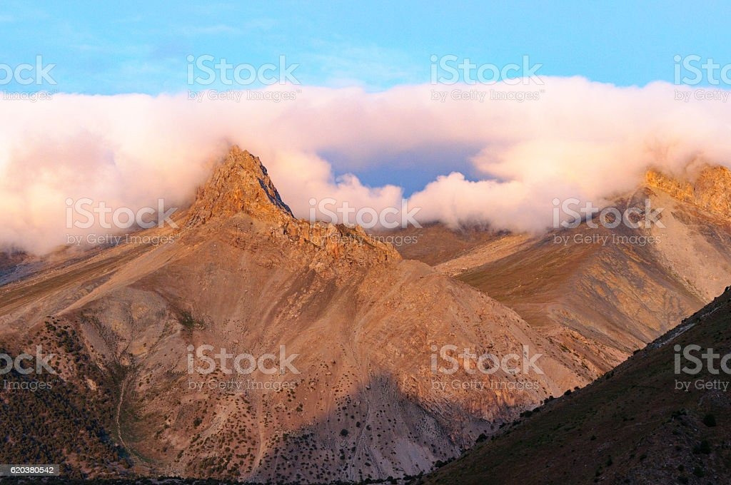mountains under the clouds foto de stock royalty-free