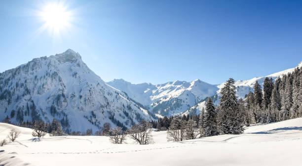 berge-winterlandschaft mit tiefem schnee an klaren sonnigen tag. allgäu, bayern, deutschland. - allgäu stock-fotos und bilder