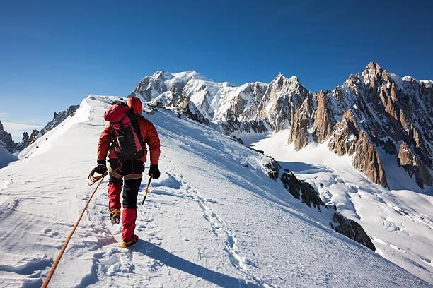 salite mountaneer una cresta delle nevi in mont blanc - alpinismo foto e immagini stock