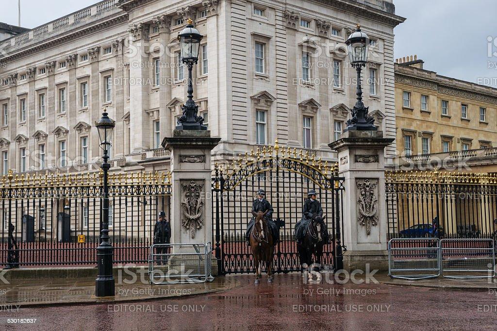 Mounted Police guards Eingang zum Buckingham palace – Foto