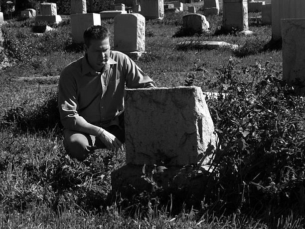 mourning (schwarz-weiß - trauer abschied tod stock-fotos und bilder