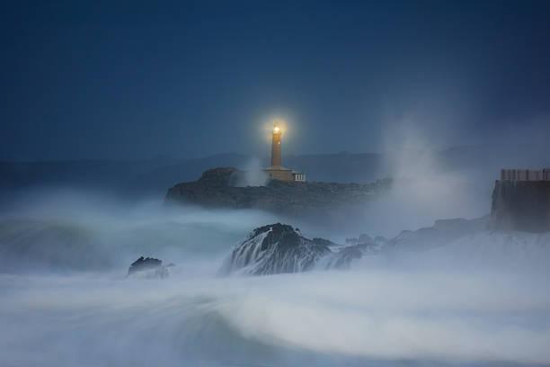Mouro faro de Santander por la noche - foto de stock