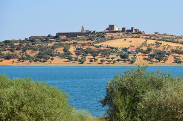mourão medieval town and the alqueva dam reservoir, alentejo, portugal - fotos de barragem portugal imagens e fotografias de stock