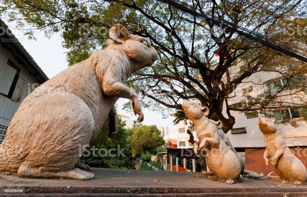 Mouses and big mother rat in form of a sculpture on the street – Foto