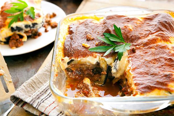 moussaka - gemüseauflauf mit hackfleisch stock-fotos und bilder