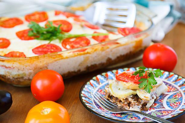 moussaka mit hackfleisch in der nähe anzeigen - gemüseauflauf mit hackfleisch stock-fotos und bilder