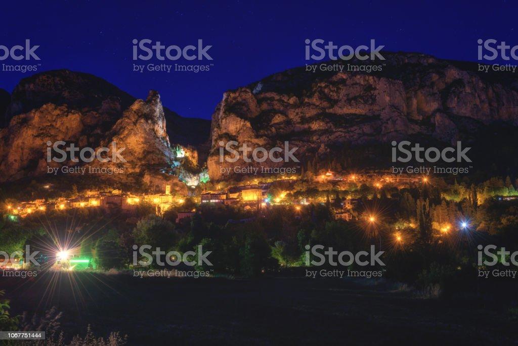 Moustiers Sainte Marie, kleine gemütliche französische Stadt im Herzen der Provence, Nachtansicht, Frankreich – Foto