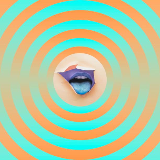 Mund, die Zunge in der Mitte der Kreise zeigen – Foto