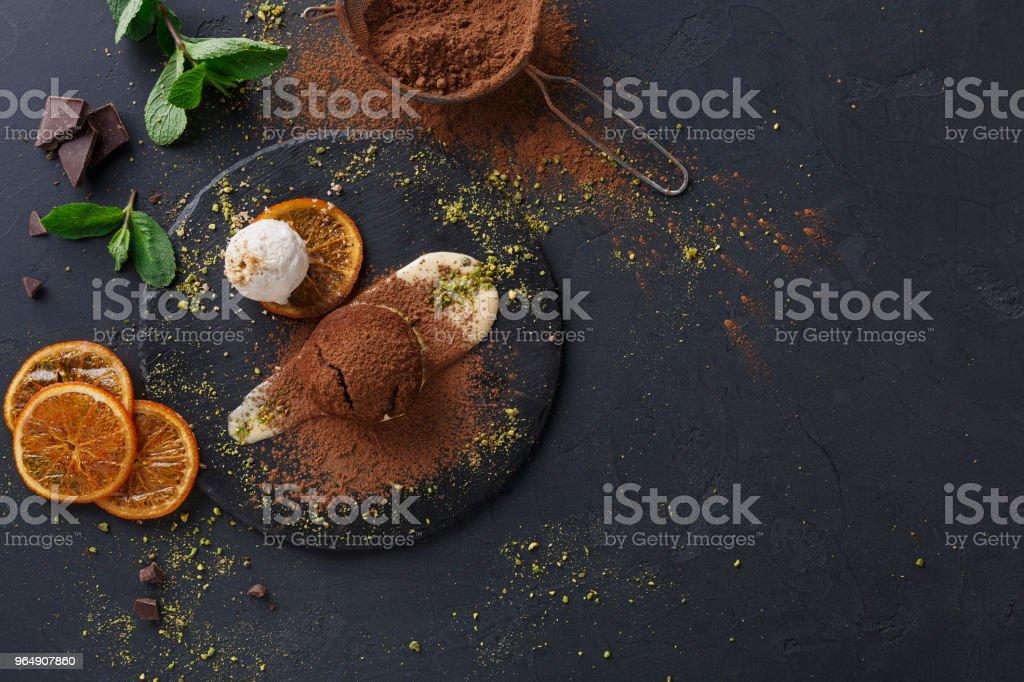 Boca de rega bolo delicioso chocolate fundente, servindo de restaurante - Foto de stock de Ardósia royalty-free