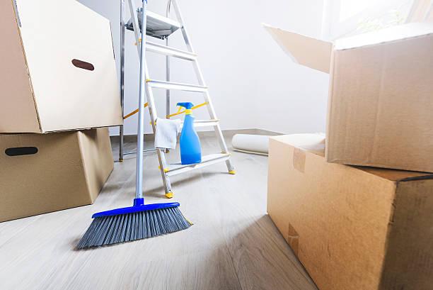 move. cardboard boxes and cleaning things - schoonmaakapparatuur stockfoto's en -beelden