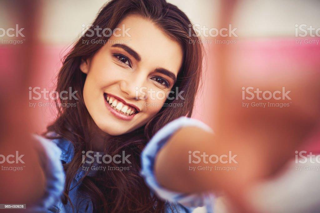 Vorwärts mit einem glücklichen Geist - Lizenzfrei Attraktive Frau Stock-Foto