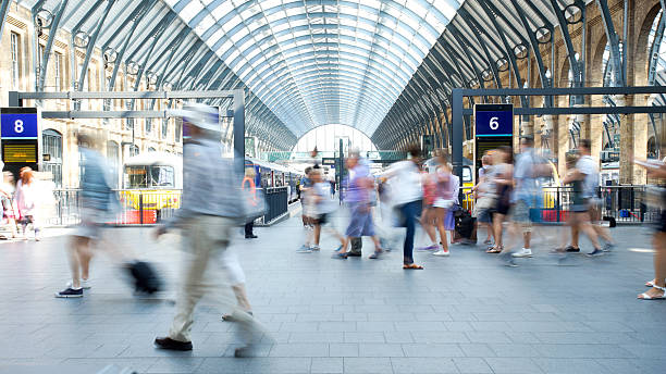 movement of people in rush hour, london train station - station stockfoto's en -beelden