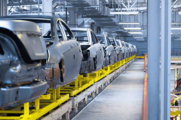 Bewegung von Fahrzeugen entlang der Produktionslinie im Werk. Auto-Montagehalle. Kfz-Montage von Teilen – Foto
