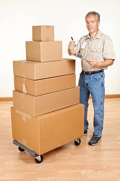 möbelpacker mit stapel boxen - versandrolle stock-fotos und bilder