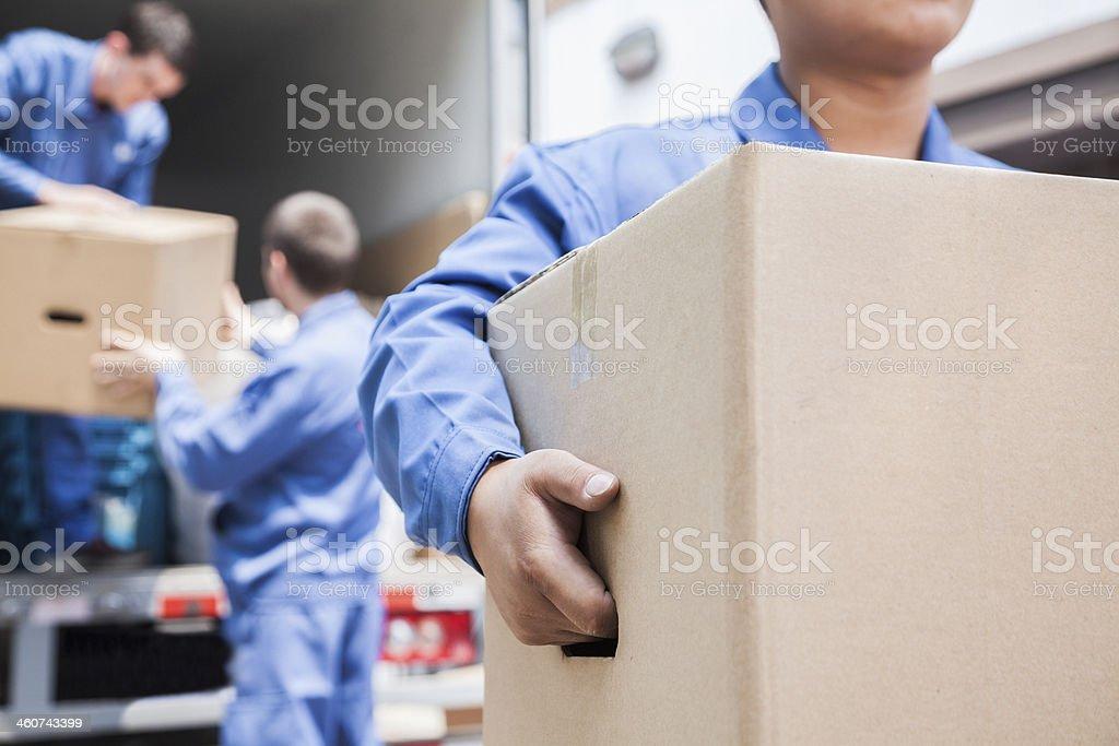 Movers Entladen eine moving van Lizenzfreies stock-foto