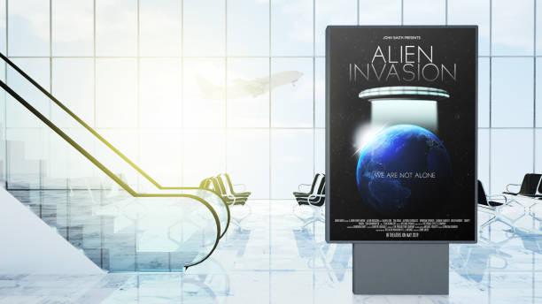 film werbung am flughafen-lobby - filmplakate stock-fotos und bilder