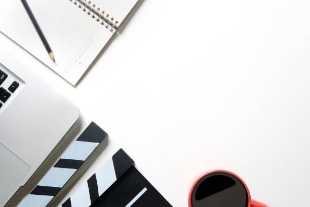 film klöppel, laptop-computer, kaffee, notizblatt papier und stift auf office-zeug-arbeitsbereich mit weißen raum tabelle kopieren. - drehbuchautor stock-fotos und bilder
