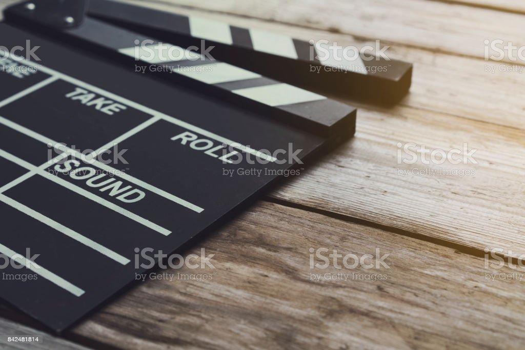 Film Klöppel auf Holztisch; Film, Kino und Vedio Fotografie-Konzept – Foto