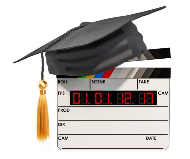 filmklappe mit graduation cap. bildung im film schulkonzept, 3d-rendering isolierten auf weißen hintergrund - drehbuchautor stock-fotos und bilder
