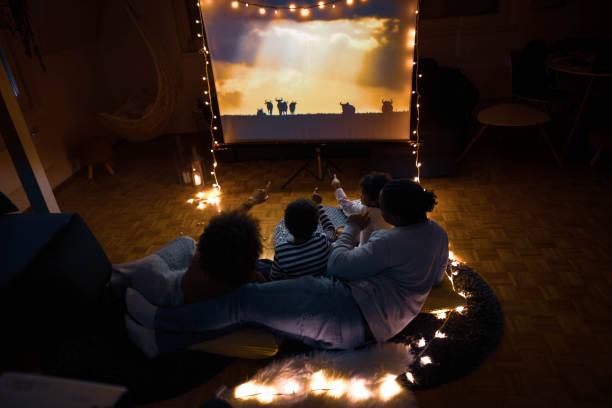 movie night at home! - tv e familia e ecrã imagens e fotografias de stock
