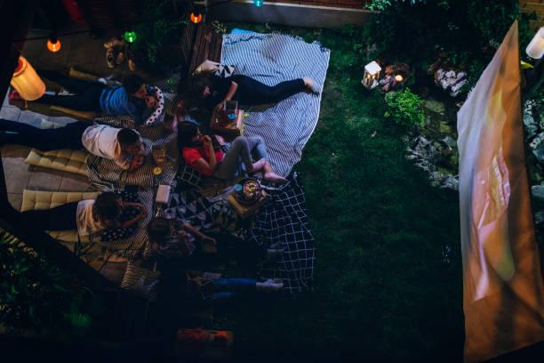 filmabend im hinterhof - mädchen night snacks stock-fotos und bilder