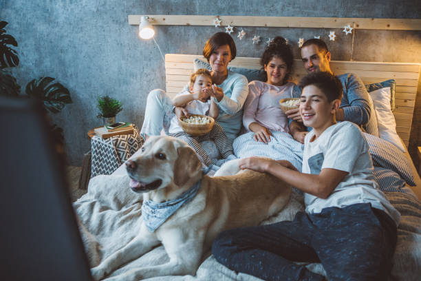 film-nacht ist ihre lieblings familientradition - spielabend snacks stock-fotos und bilder