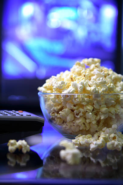 film night.popcorn fernbedienung und fernsehen. - film oder fernsehvorführung stock-fotos und bilder