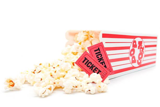 film con popcorn e biglietti - biglietto del cinema foto e immagini stock