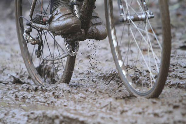 moving fahrrad wheels splattering schlamm - cyclocross stock-fotos und bilder