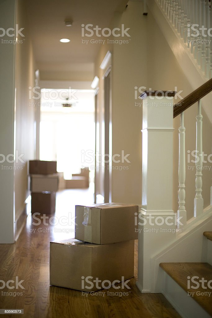 Moving boxes in hallway of new home royalty free stockfoto