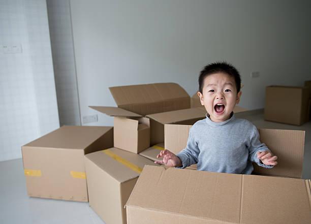moving spaß - kinder verpackung stock-fotos und bilder