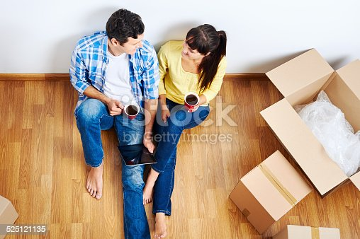 istock moving in couple 525121135