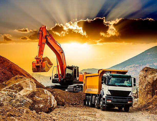 movimento montagne al tramonto - transport truck tyres foto e immagini stock