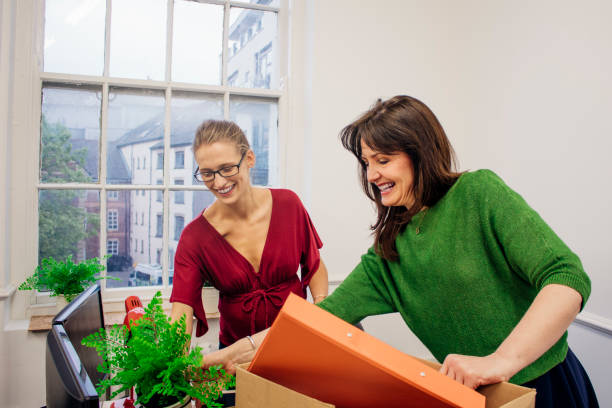 movendo-se escritórios é emocionantes - girl power provérbio em inglês - fotografias e filmes do acervo